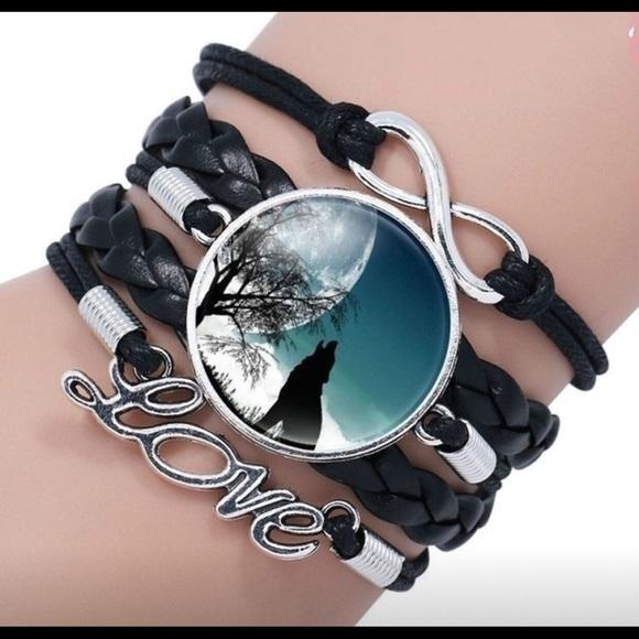Jewelry - Howling wolf bracelet